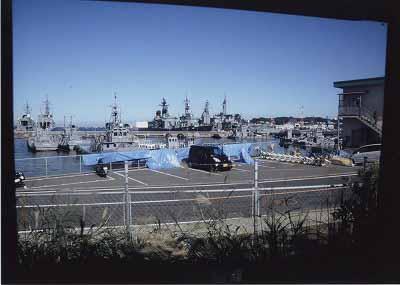 車窓に突然飛込んでくる軍艦