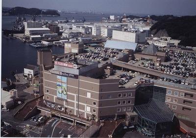 ショッピングセンターと米海軍基地