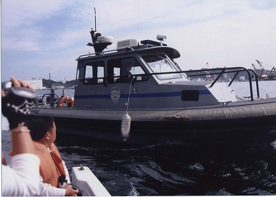 横須賀港内で乱暴する米警備艇