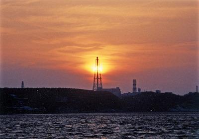 主排気塔に落ちる夕陽